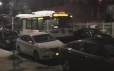 Video muestra a un autobús que rueda marcha atrás fuera de control en pl...