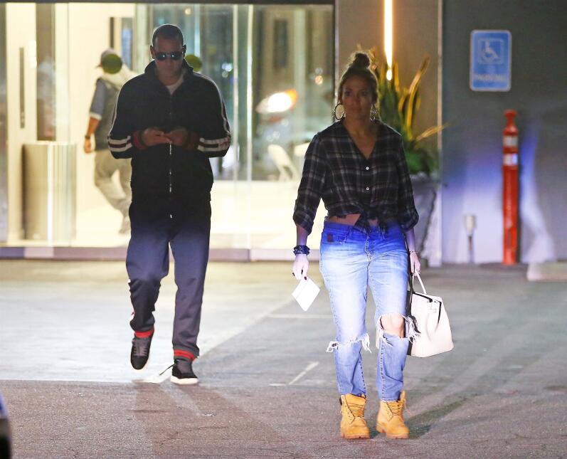 Cada cual en lo suyo: la pareja, que acostumbra a caminar tomada de la m...