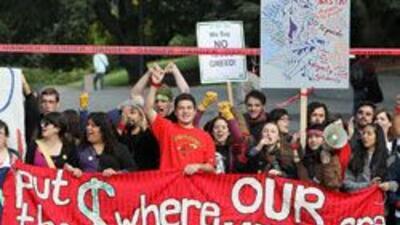 Estudiantes realizaron una marcha en California para rechazar el aumento...