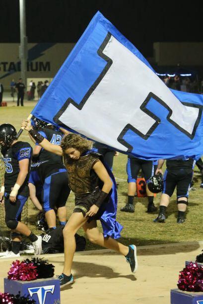 Quien fue el encargado de hondear la bandera, cuando el equipo ganó el p...
