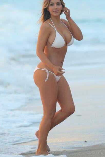 Kim no necesita más que sus curvas para conquistar a cualquiera, ¡felici...