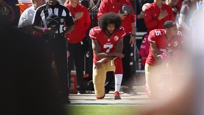 Colin Kaepernick, el inspirador de arrodillarse en el himno que está dispuesto a cambiar
