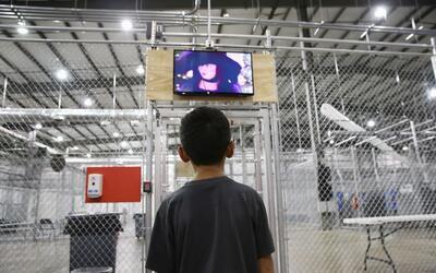 Niño inmigrante centroamericano en un centro de detención...