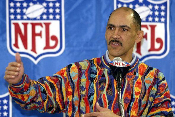 2005 - Tony Dungy, entrenador de los Indianapolis Colts respondiendo a l...