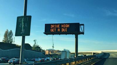Letrero en la autopista 405 de Los Ángeles, California, que advie...