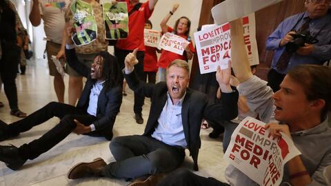 Un grupo de manifestantes organizó una sentada en la puerta de la...