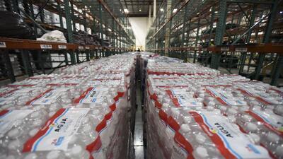 Aguas de agua en el almacén de FEMA para repartir a víctimas de María en...