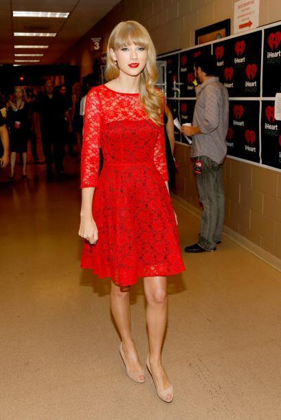 A Taylor le agrada lucir un 'rouge' en los labios, pero un vestido en es...