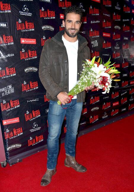 Y su amado Marcus Ornellas la esperaba ¡con este lindo ramo de flores!