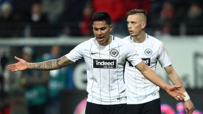 Carlos Salcedo y el Eintracht Frankfurt derrotaron al Wolfsburg