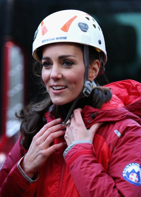 William y Kate escalando una pared.