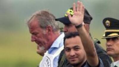 El policía Carlos Alberto Ocampo saluda a su llegada al aeropuerto Ibagu...