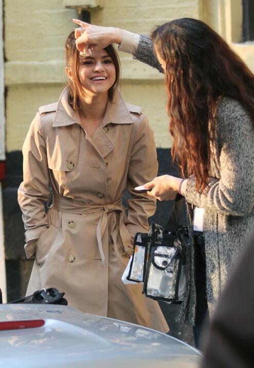 ¿Un arreglito? Retoque de maquillaje para Selena Gomez en medio d...