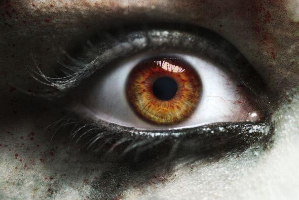 Mirada oscura. Continúa tu maquillaje dándole oscuridad a los ojos. Pued...