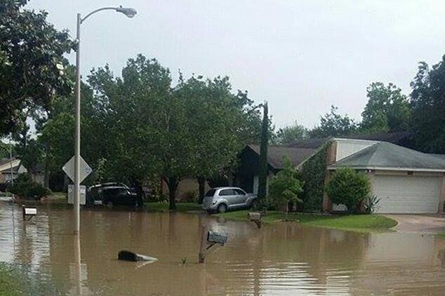 Varios vecindarios de áreas aledañas a Houston aún permanecen inundados.