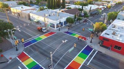 En fotos: En Tucson pintan una calle para rendir homenaje a la igualdad