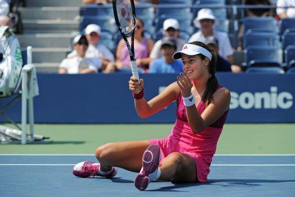La serbia Ana Ivanovic le ganó a la tenista china Zheng Jie durante el A...