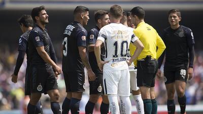 En fotos: Chivas perdonó a Pumas con Alanís como héroe y villano