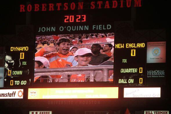 Y en la pantalla gigante se proyectó los rostros de los fanáticos más en...