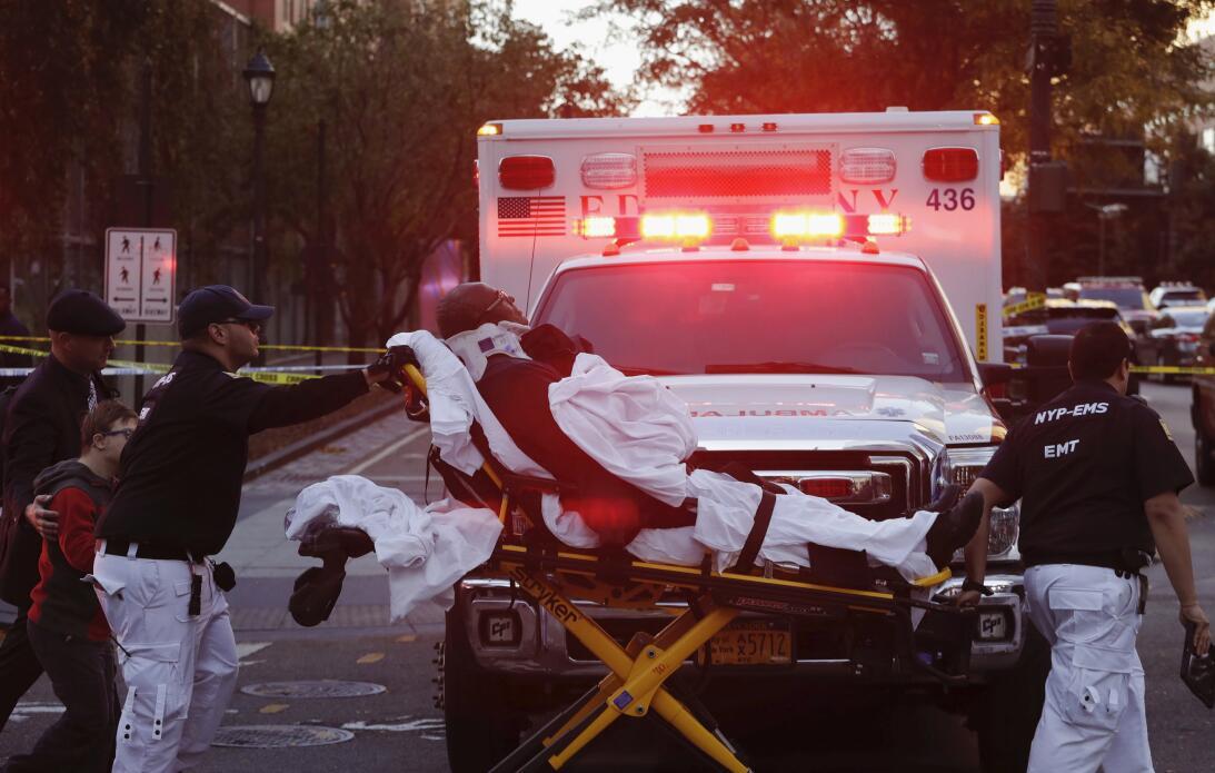 Personal de emergencia traslada a un herido.