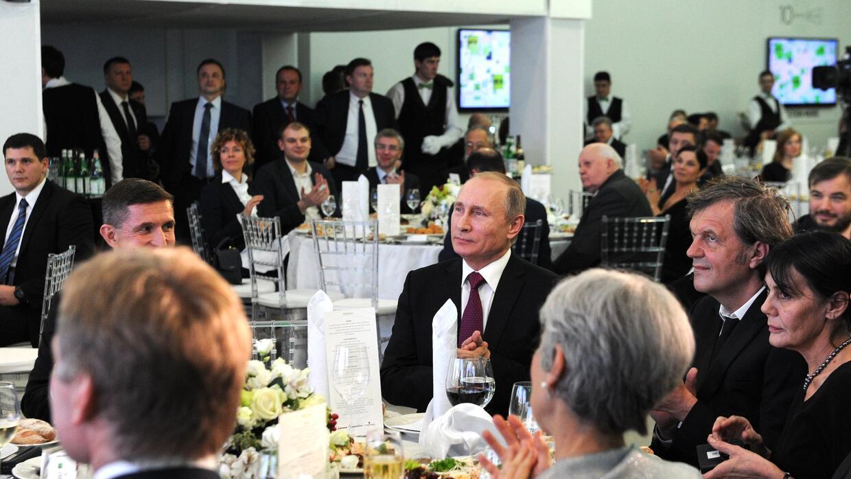 El presidente ruso, Vladimir Putin, en el centro de la imagen durante la...