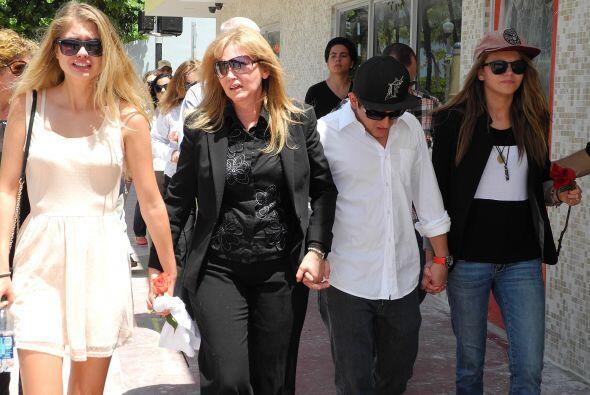 (I-D) La novia de Israel Hernandez-Llach, Alexandria Morgan; su mamá , J...