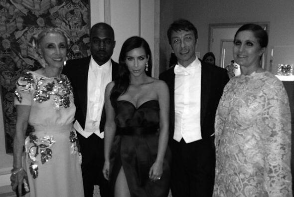 Siguiendo con la MET Gala, aquí vemos a Kim y Kanye en compa&ntil...