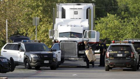 Oficiales de policía de San Antonio revisan un tráiler en el que viajaba...