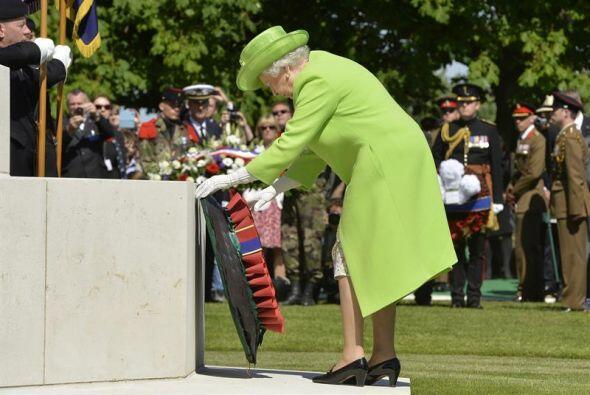 La reina Isabel II de Inglaterra depositó una corona de flores durante l...