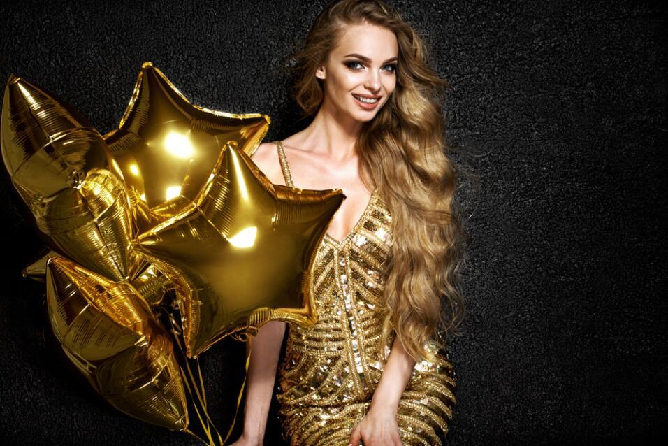 mujer vestida de oro