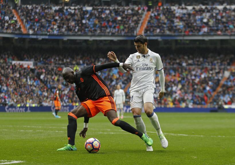 El defensor Eliaquim Mangala, del Manchester City, saldría de forma defi...