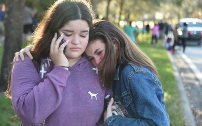 Estudiantes reaccionan al tiroteo en Parkland.