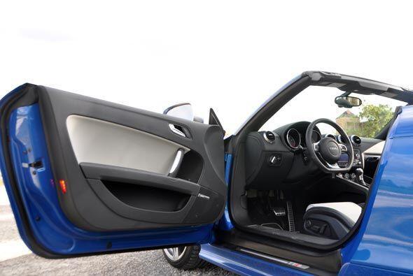 En su interior el TT ofrece espacio amplio para dos personas, a pesar de...