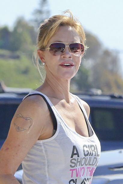 Por su parte, Melanie Griffith se decidió por unos lente tipo aviador, q...