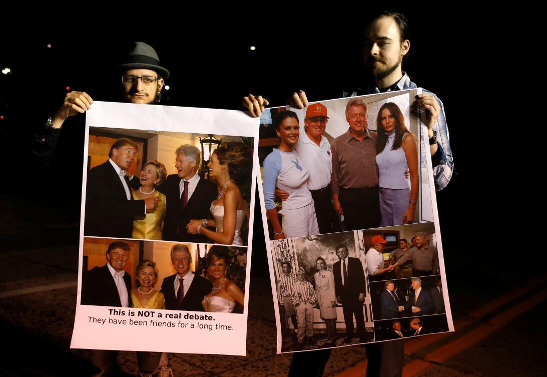Manifestantes sostienen fotografías de los candidatos en eventos previos...
