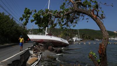 Un velero continúa encallado en la costa de Fajardo, al noreste d...