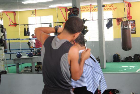 Y en el gimnasio Diamante, se ve de todo. Hasta un recorte de pelo le hi...