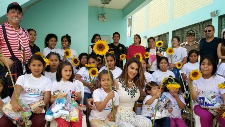 Ninel Conde viajó a Perú para entregar ayuda a niños pobres ninelcondepe...