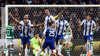 Con los mexicanos en el campo, el Porto le pegó al Sporting y se mantienen en lo más alto