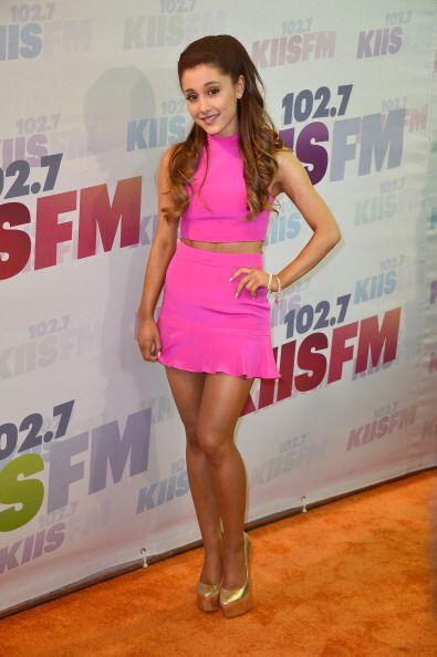 ¡Ariana también usa muchos conjuntos de dos piezas! 'Crop tops' y 'busti...