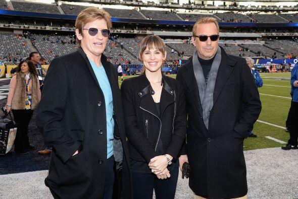 En el campo de juego: Denis Leary, Jennifer Garner y Kevin Costner.  Mir...