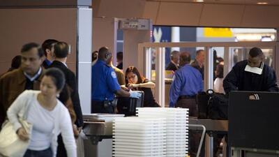 Los agentes de aduanas del  aeropuerto internacional John F. Kennedy de...