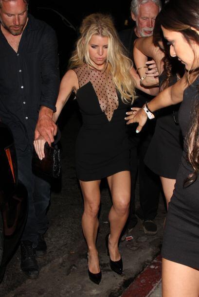 Jessica salía de un club nocturno con su pareja.  Aquí los videos más ch...