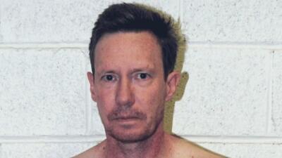 Ofrecen 100,000 dólares de recompensa por datos de un hombre acusado de asesinar a su esposa
