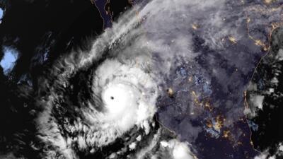 El huracán Willa toca tierra en las costas de Sinaloa con vientos máximos sostenidos de 120 millas por hora