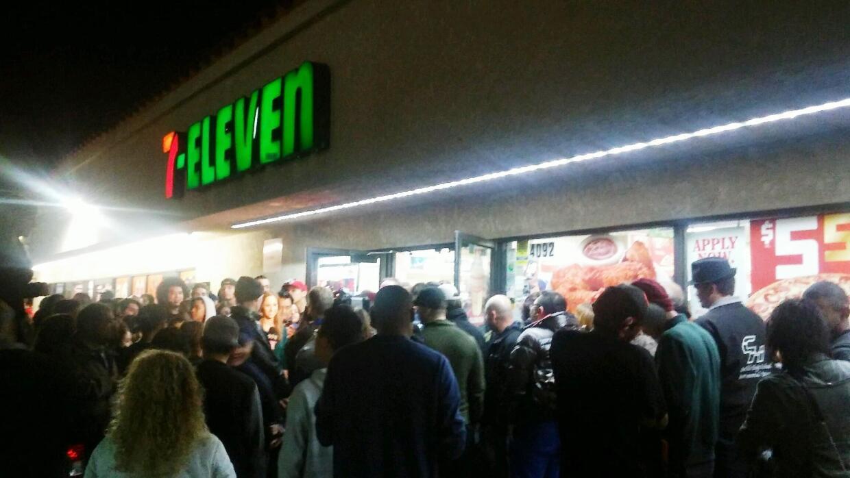 Una multitud fue al 7-Eleven que vendió el boleto ganador del Pow...
