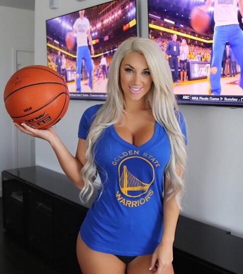 Laci es una modelo estadounidense que es gran fanática de la NBA y su eq...