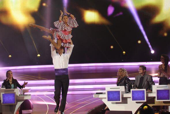 Para comenzar esta gran noche, Julio Camejo acompañó en el escenario a N...