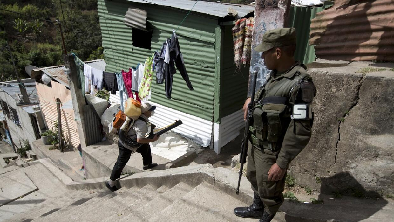 Soldado protege a un trabajador del Ministerio de Salud en Guatemala