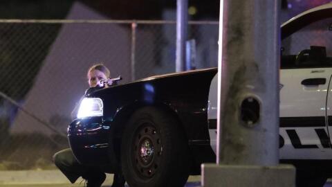 Una agente de la policía de Las Vegas se protege detrás de...